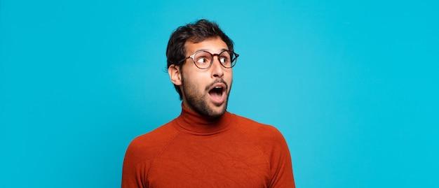Młody przystojny indyjski mężczyzna zaskoczony wyrazem