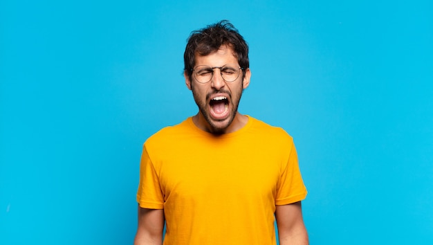 Młody Przystojny Indyjski Mężczyzna Zły Wyrażenie Premium Zdjęcia