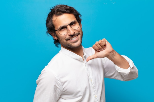 Młody przystojny indyjski szczęśliwy i dumny mężczyzna mężczyzna