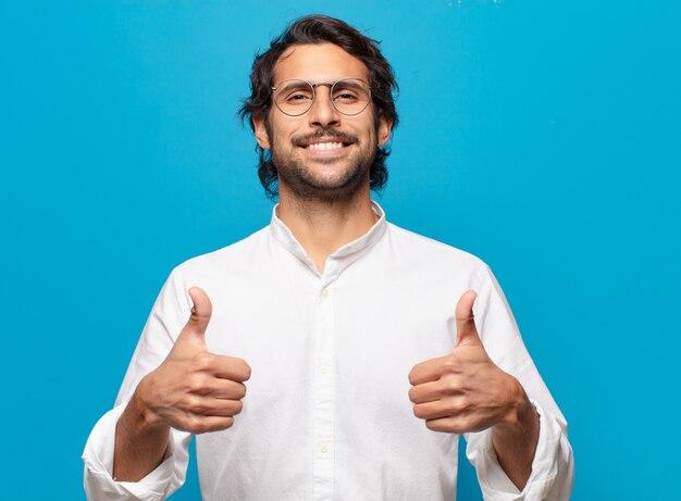 Młody przystojny indyjski szczęśliwy i dumny mężczyzna