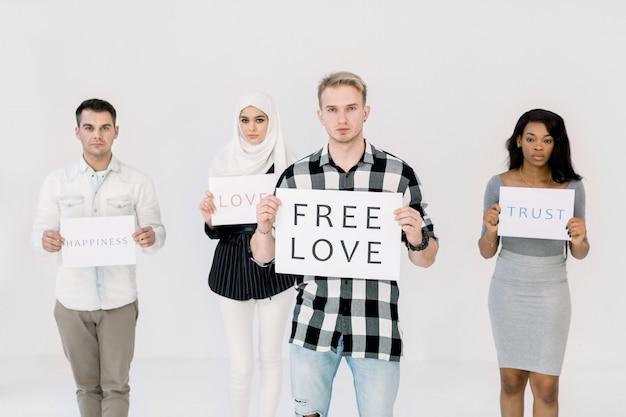 Młody przystojny kaukaski mężczyzna z plakatem na temat praw osób lgbt, wolnej miłości