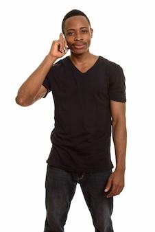 Młody przystojny mężczyzna afrykański rozmawia przez telefon komórkowy