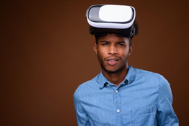 Młody przystojny mężczyzna afryki w okularach wirtualnej rzeczywistości