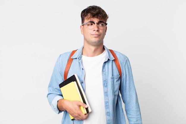Młody przystojny mężczyzna czuje się smutny, zdenerwowany lub zły i patrząc w bok. koncepcja studenta uniwersytetu