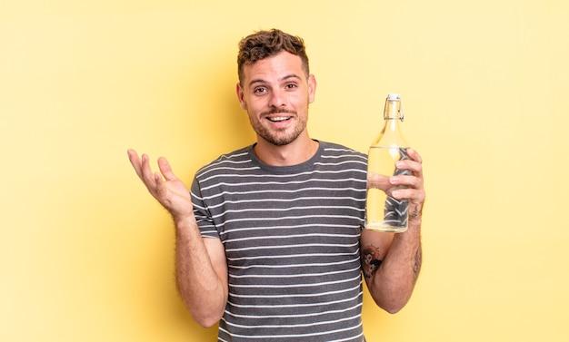 Młody przystojny mężczyzna czuje się szczęśliwy, zaskoczony, realizując rozwiązanie lub pomysł. koncepcja wody