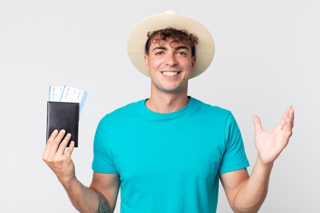 Młody przystojny mężczyzna czuje się szczęśliwy, zaskoczony, realizując rozwiązanie lub pomysł. podróżnik trzymający paszport