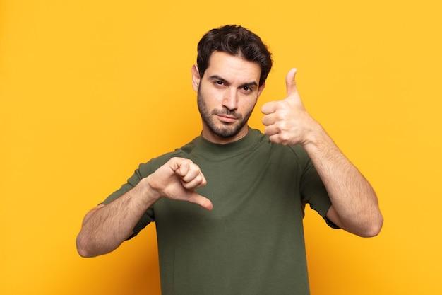 Młody przystojny mężczyzna czuje się zdezorientowany, nieświadomy i niepewny, ważąc dobro i zło w różnych opcjach lub wyborach