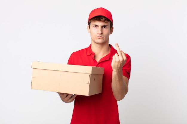 Młody przystojny mężczyzna czuje się zły, zirytowany, buntowniczy i agresywny koncepcja usługi pakietowej dostawy.