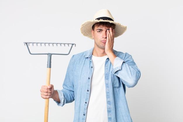 Młody przystojny mężczyzna czuje się znudzony, sfrustrowany i senny po męczącym dniu. koncepcja rolnika