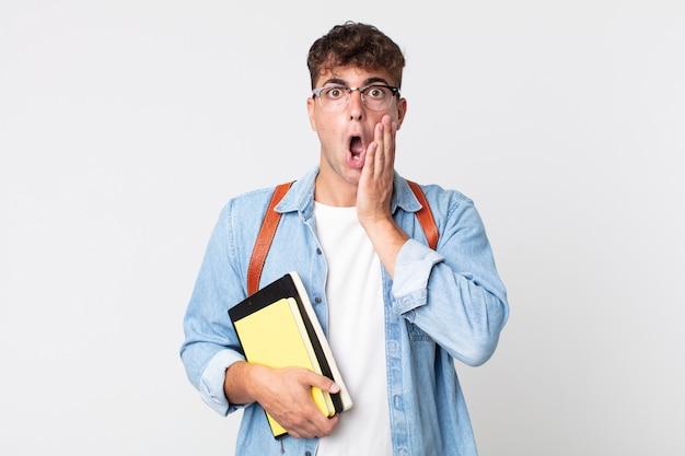 Młody przystojny mężczyzna czuje się zszokowany i przestraszony. koncepcja studenta uniwersytetu