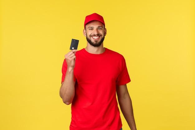 Młody przystojny mężczyzna dostawy z czerwoną czapkę