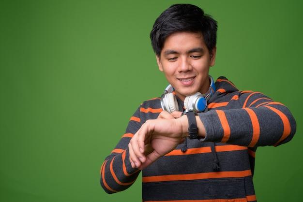 Młody przystojny mężczyzna filipiński