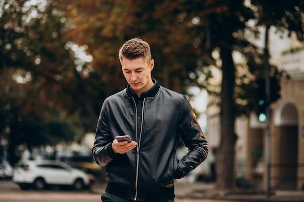 Młody przystojny mężczyzna idąc ulicą