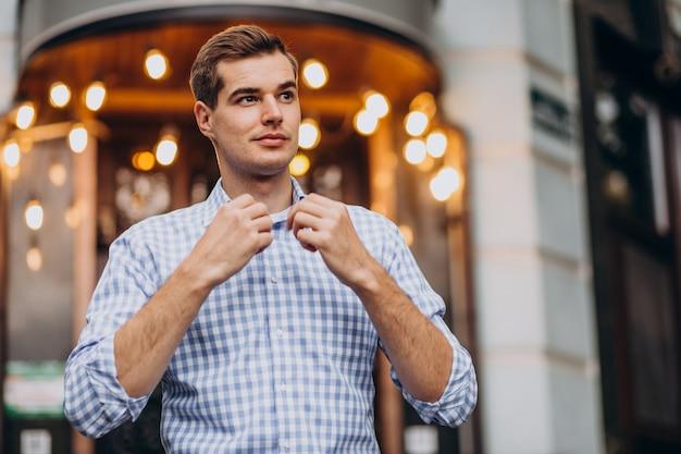 Młody przystojny mężczyzna idzie w mieście