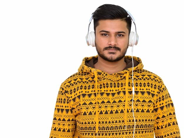Młody przystojny mężczyzna indyjski, słuchanie muzyki