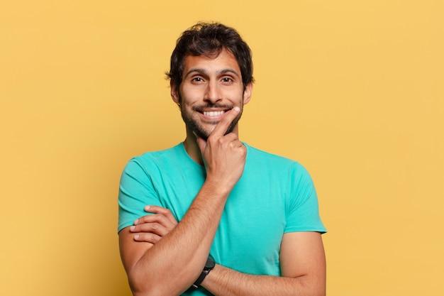 Młody przystojny mężczyzna indyjski. szczęśliwa i zdziwiona ekspresja