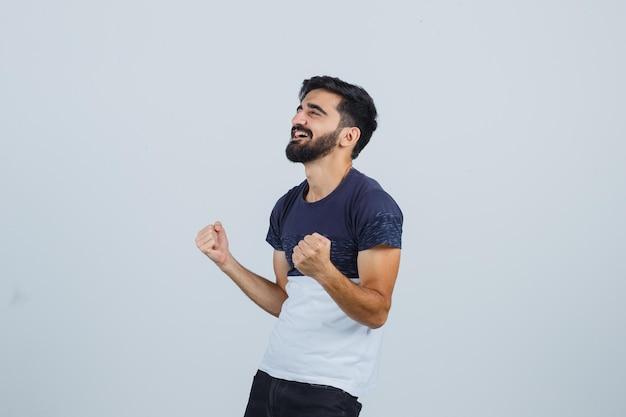 Młody przystojny mężczyzna jest szczęśliwy
