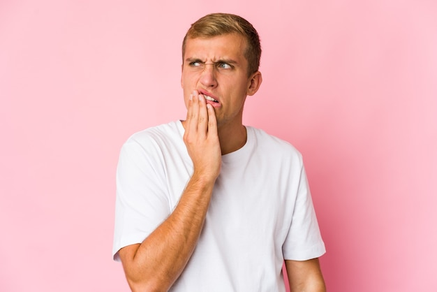 Młody przystojny mężczyzna kaukaski z silnym bólem zębów, bólem trzonowym.