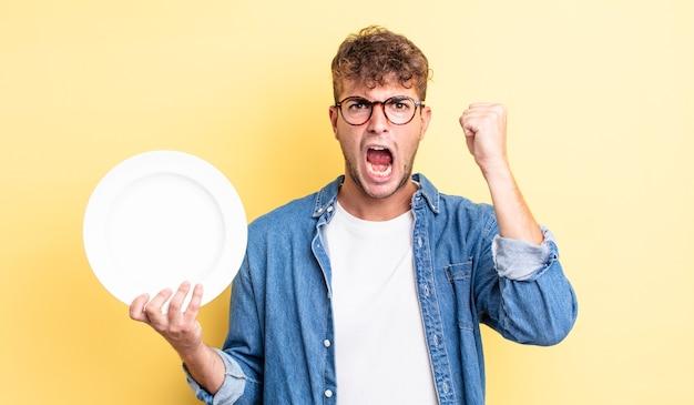 Młody przystojny mężczyzna krzyczy agresywnie z gniewnym wyrazem twarzy. koncepcja pustego naczynia