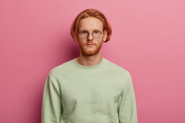 Młody przystojny mężczyzna ma rude włosy i brodę