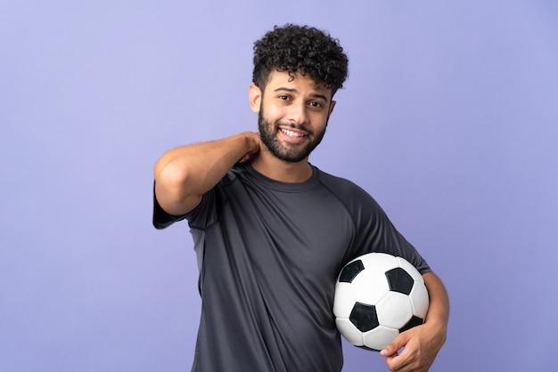 Młody przystojny mężczyzna marokański piłkarz na białym tle