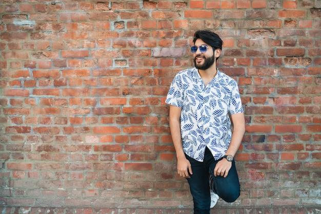 Młody przystojny mężczyzna nosi ubrania letnie.