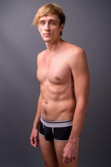 Młody przystojny mężczyzna o blond włosach bez koszuli