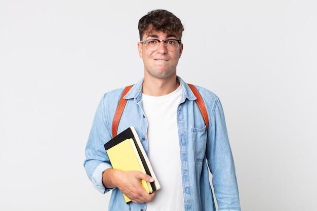Młody przystojny mężczyzna patrząc zdziwiony i zdezorientowany. koncepcja studenta uniwersytetu