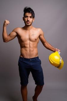 Młody przystojny mężczyzna perski pracownik budowlany bez koszuli