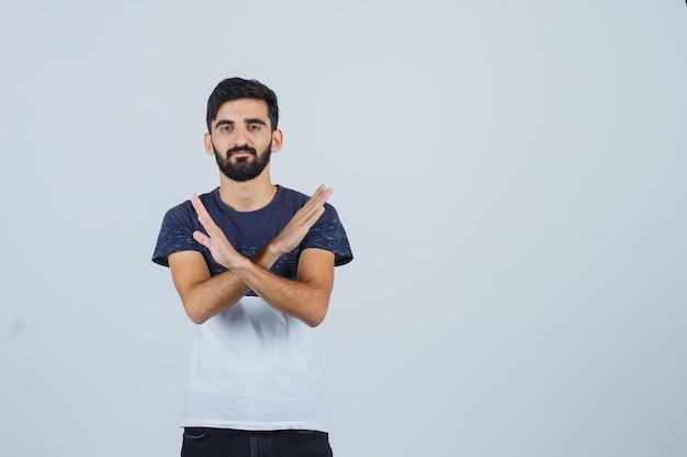 Młody przystojny mężczyzna pokazując gest zatrzymania