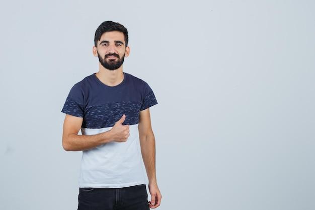 Młody przystojny mężczyzna pokazując kciuk do góry