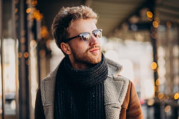 Młody przystojny mężczyzna portret z zimą odziewa