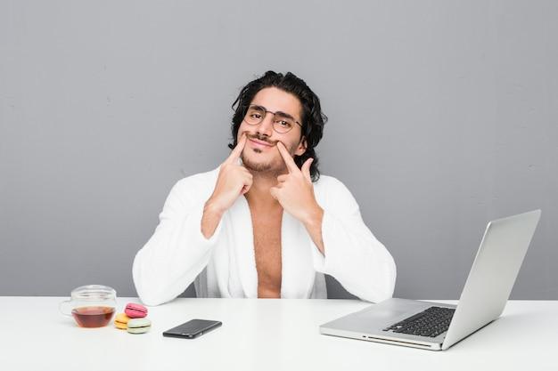 Młody przystojny mężczyzna pracujący po prysznic, wątpiąc między dwie opcje.