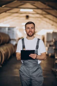 Młody przystojny mężczyzna pracujący w fabryce