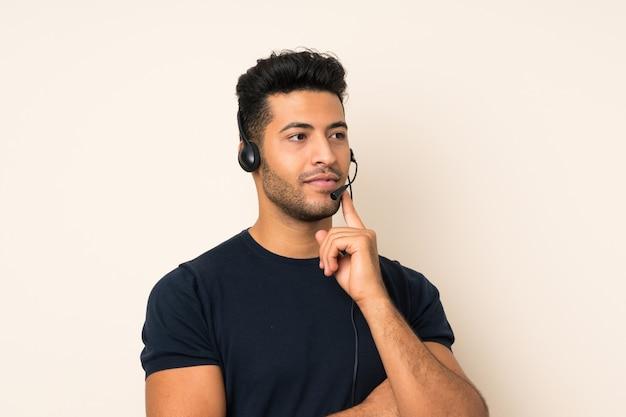 Młody przystojny mężczyzna pracuje z słuchawki