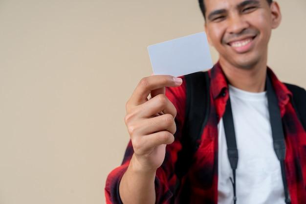 Młody przystojny mężczyzna ręka trzyma pustą białą kartę kredytową