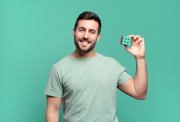 Młody przystojny mężczyzna rozwiązuje problem inteligencji.