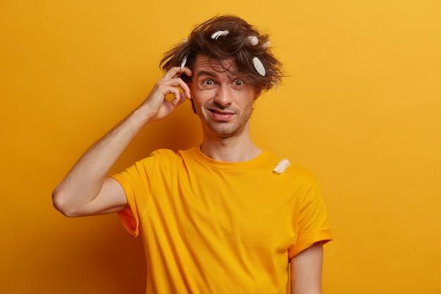 Młody przystojny mężczyzna student z modną fryzurą na białym tle