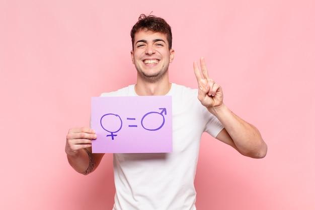 Młody przystojny mężczyzna trzyma fioletowy papier z mężczyzną i kobietą śpiewać. koncepcja równości