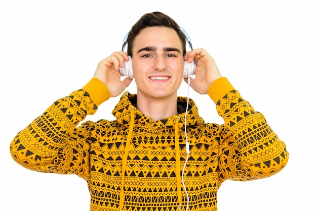 Młody przystojny mężczyzna ubrany w bluzę z kapturem na białym tle