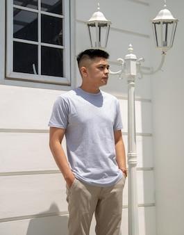Młody przystojny mężczyzna ubrany w szarą koszulkę