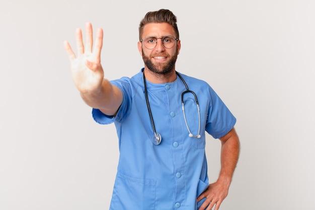 Młody przystojny mężczyzna uśmiecha się i wygląda przyjaźnie, pokazując numer cztery. koncepcja pielęgniarki