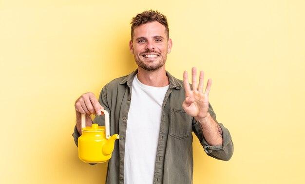 Młody przystojny mężczyzna uśmiechnięty i przyjazny, pokazując numer cztery. koncepcja czajnika