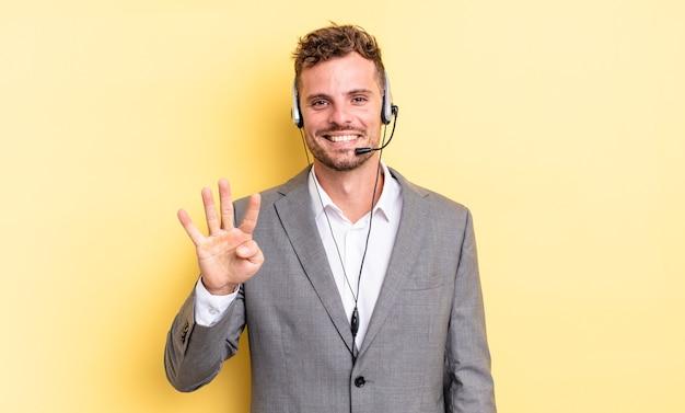 Młody przystojny mężczyzna uśmiechnięty i przyjazny, pokazując numer cztery. koncepcja telemarketera