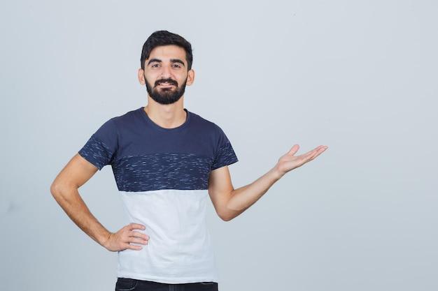 Młody przystojny mężczyzna w luźnej koszulce
