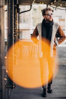 Młody przystojny mężczyzna w zimie ubrania na ulicy