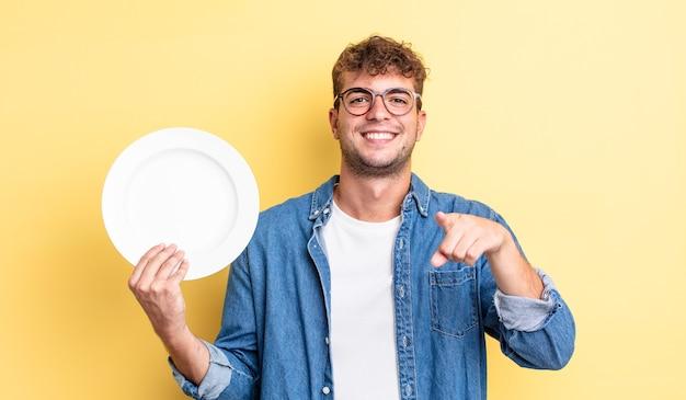 Młody przystojny mężczyzna, wskazując na aparat wybierając ciebie. koncepcja pustego naczynia