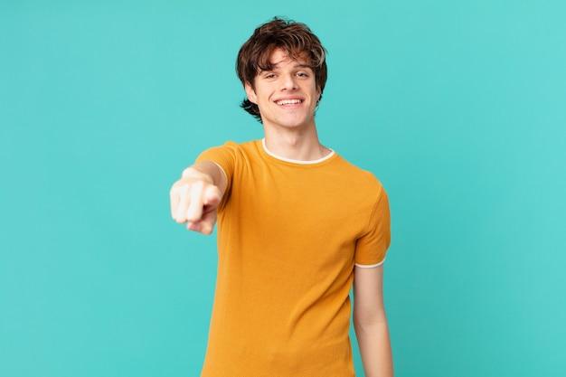 Młody przystojny mężczyzna wskazujący cię wybierający