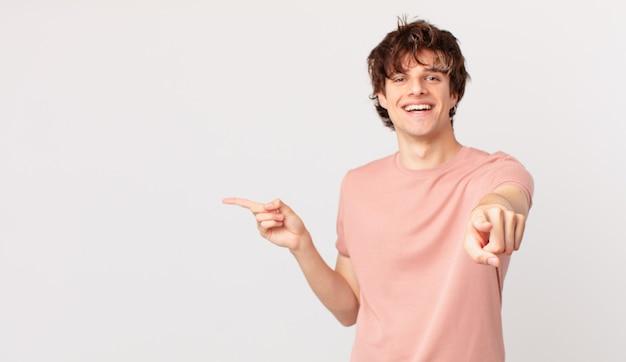 Młody przystojny mężczyzna wskazujący na aparat wybierający ciebie