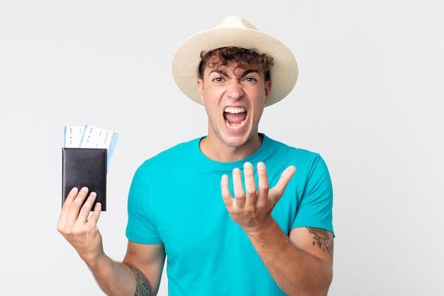 Młody przystojny mężczyzna wyglądający na zdesperowanego, sfrustrowanego i zestresowanego. podróżnik trzymający paszport